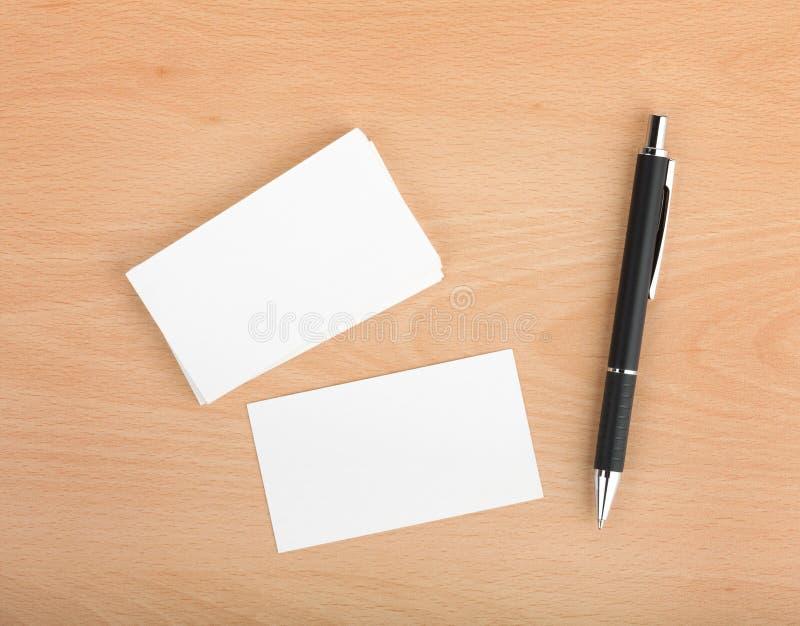 Пустые визитные карточки и ручка стоковая фотография