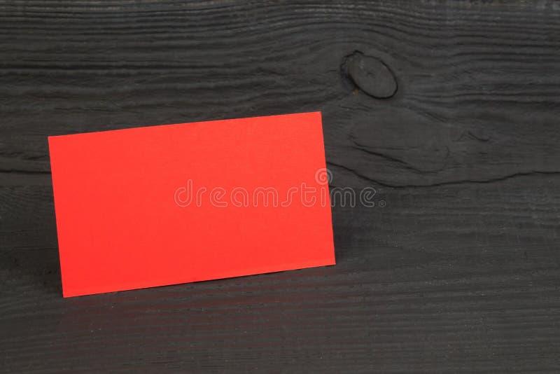 Пустые визитные карточки на деревянном столе Шаблон для ID r стоковая фотография