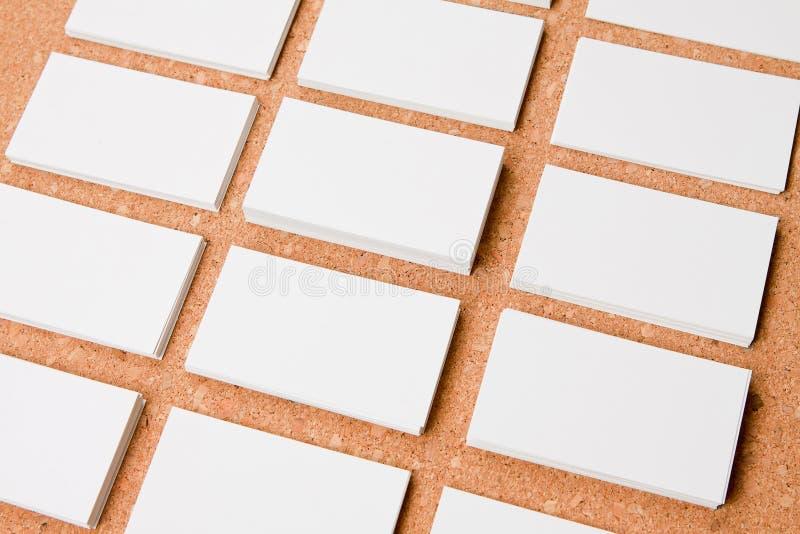 Пустые визитные карточки на предпосылке corkboard стоковая фотография