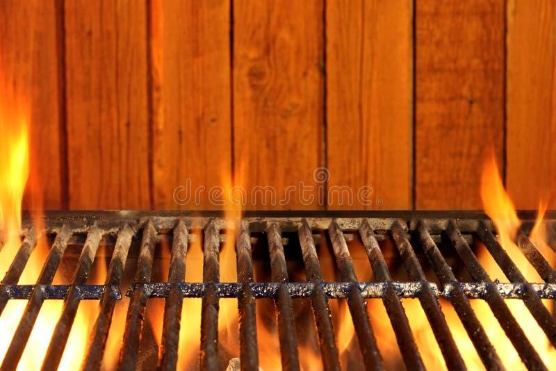 Пустые гриль BBQ пламенеющие и стена древесины на заднем плане стоковая фотография rf