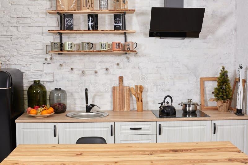 Пустые деревянный стол, раковина и плита в интерьере кухни стоковое изображение rf