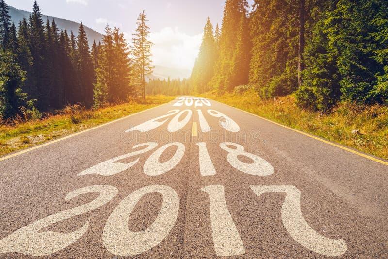 Пустые дорога и Новый Год асфальта 2018, 2019, 2020 концепций Drivin стоковое фото