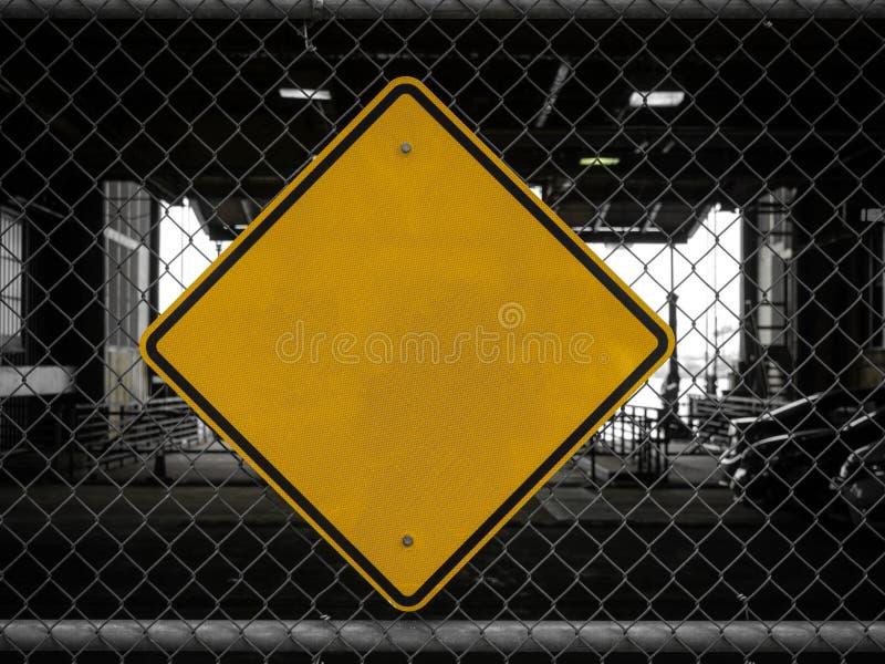 Пустые желтые подписывают внутри черно-белый фон стоковая фотография
