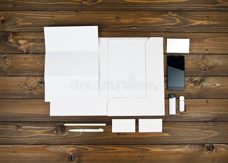 Пустые канцелярские принадлежности установленные на деревянную предпосылку стоковые изображения