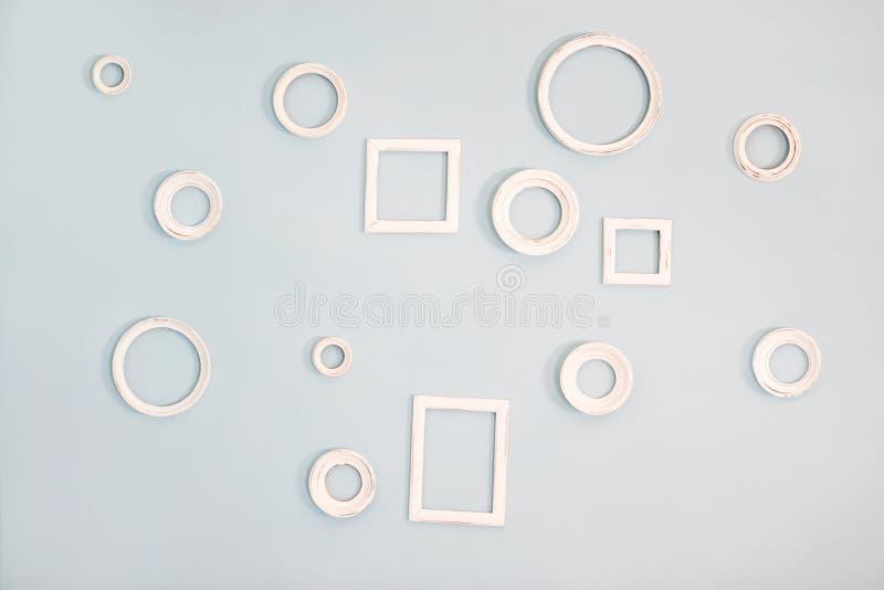 Пустые картинные рамки на голубой стене стоковые фотографии rf