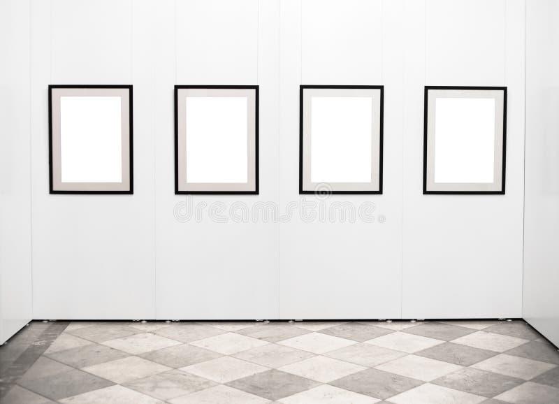 Пустые картинные рамки на стене в художественной галерее стоковые фотографии rf