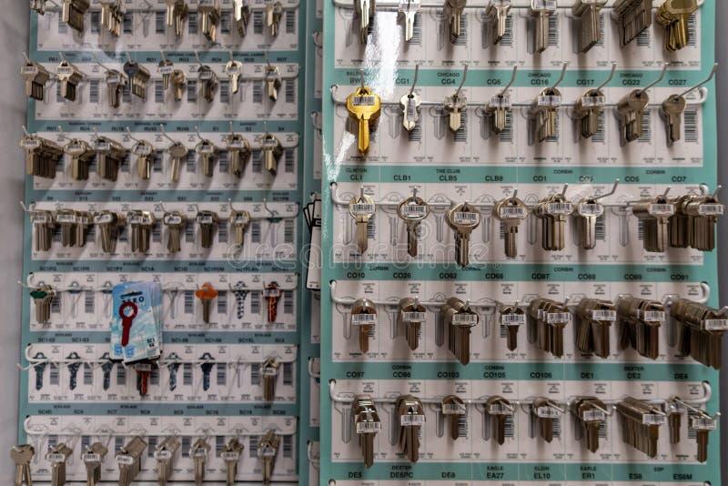 Пустые ключи в магазине оборудования ждать быть скопированным стоковое изображение