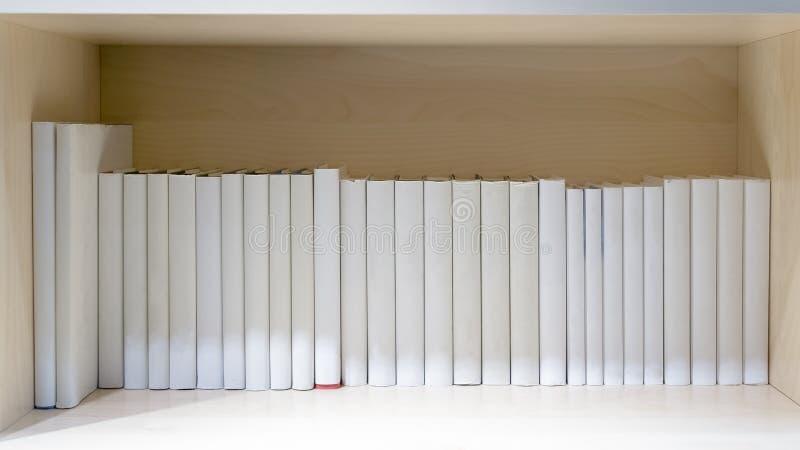 пустые книги на деревянной полке стоковые изображения