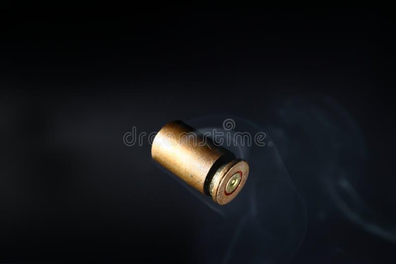 Пустые кожухи раковины пули, на черной предпосылке, курят стоковая фотография