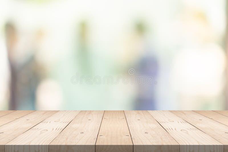 Пустые коричневые деревянные столы сверху на размытом фоне в торговом центре, копировать пространство для монтажа продукции стоковое фото