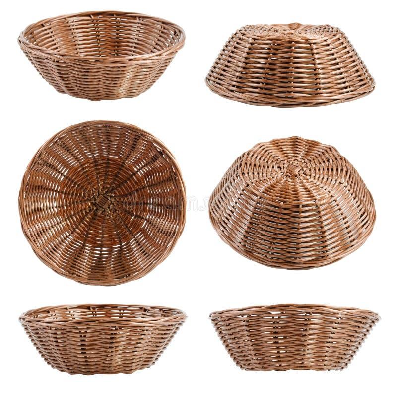Пустые коричневые плетеные корзины на различных углах на белом backgrou стоковые фотографии rf