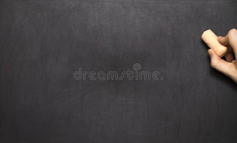 Пустые классн классный/доска, сочинительство руки на черной доске мела стоковые фотографии rf