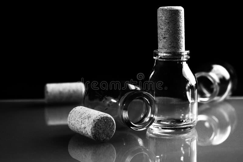Пустые маленькие бутылки с затвором пробочки в черно-белом стоковые фотографии rf