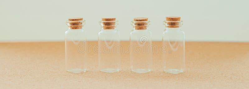 Пустые маленькие бутылки с затвором пробочки на белой предпосылке, конце-вверх стоковые изображения