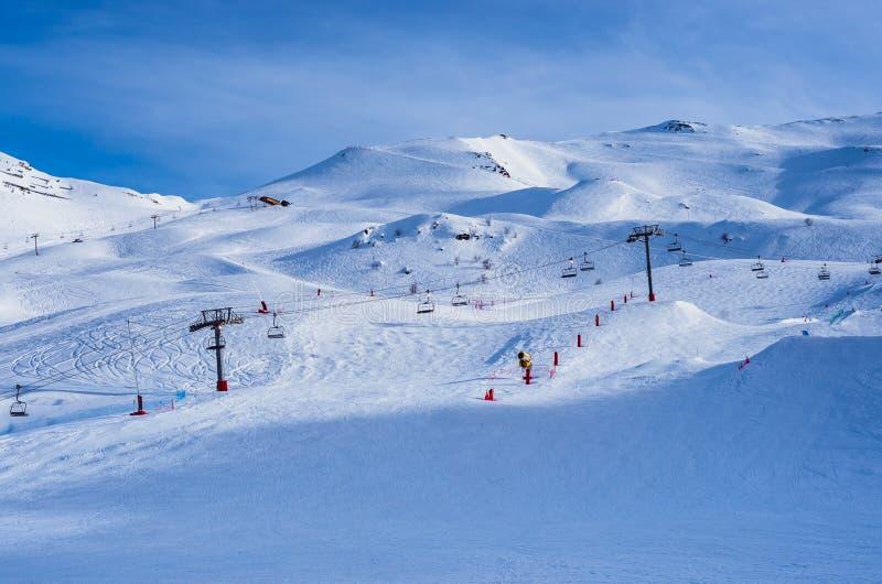 Пустые наклоны французского лыжного курорта в Пиренеи стоковые фото