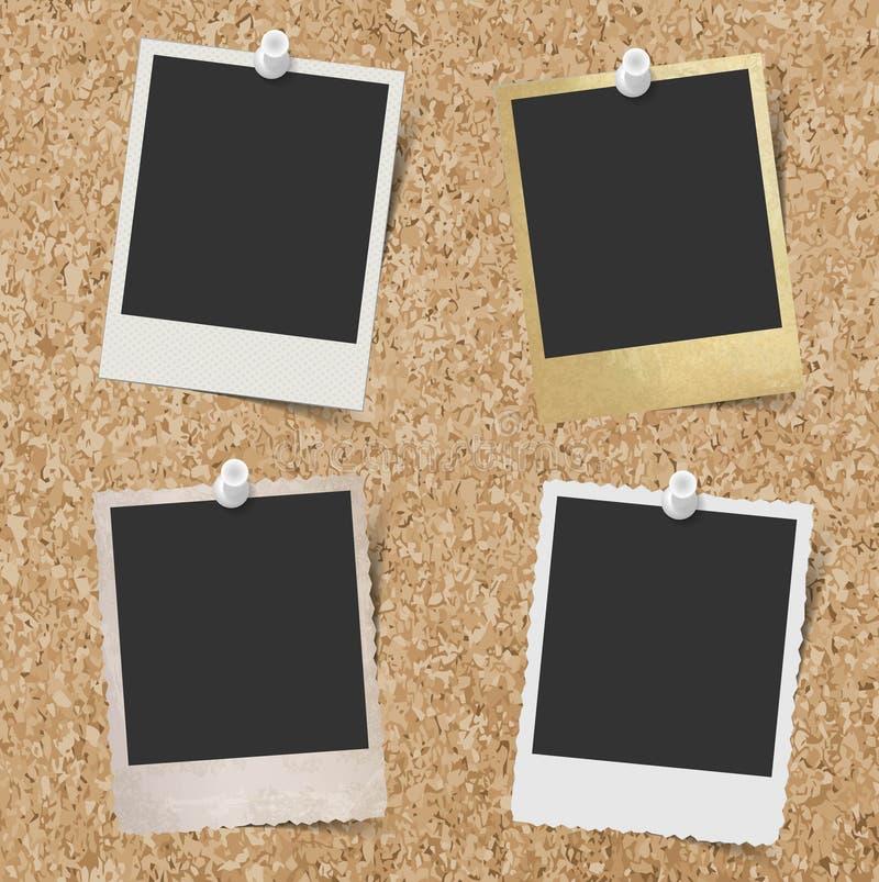 Пустые немедленные рамки фото прикололи к предпосылке пробковой доски иллюстрация вектора