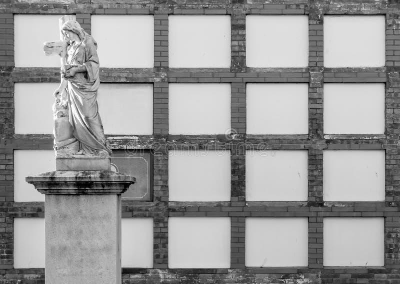 Пустые ниши в католическом кладбище с христианской статуей стоковые изображения rf