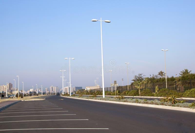 Пустые дорога и места для парковки гудронированного шоссе на Дурбане пляжном стоковое фото