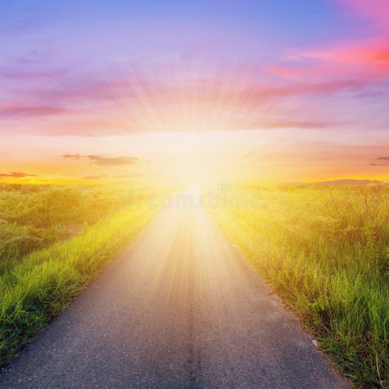 Пустые дорога сельской местности и небо захода солнца стоковое фото