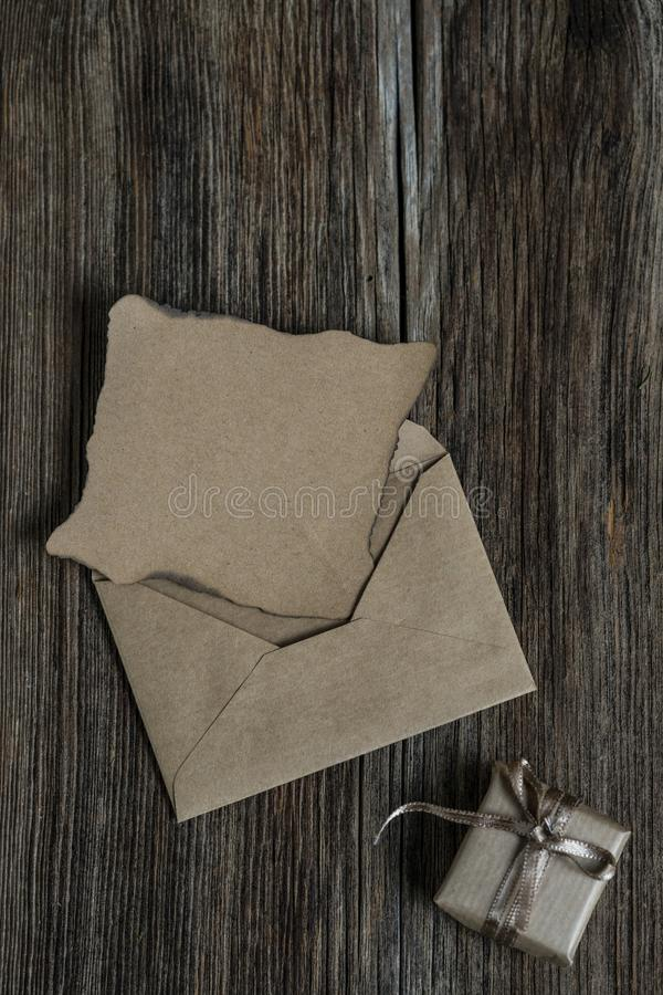 Пустые письмо и подарочная коробка на деревянном столе стоковые фотографии rf