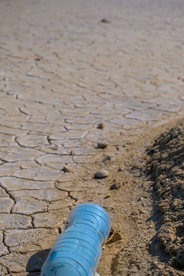 Пустые пластиковые бутылки выведенные туристами стоковое изображение