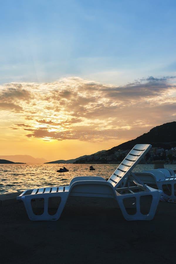 Пустые пластичные кресла для отдыха пляжа стоковые фотографии rf