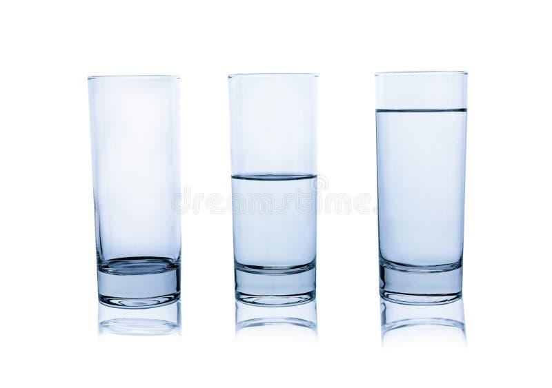 Пустые, половинные и полные стекла воды на белизне стоковое изображение