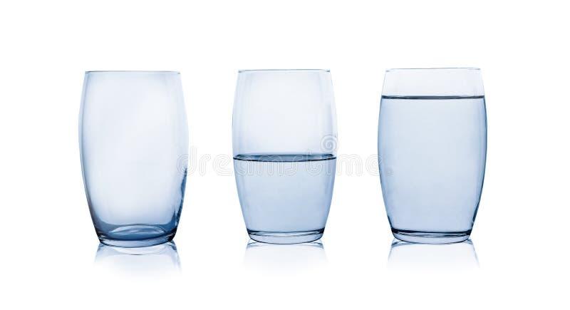Пустые, половинные и полные стекла воды на белизне стоковое изображение rf