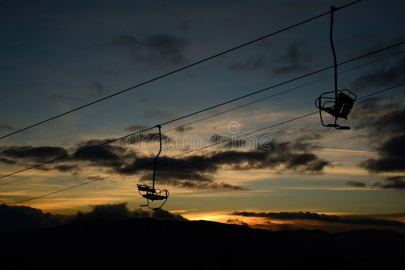 Пустые подъем лыжи/силуэт подвесного подъемника на высокой горе стоковое изображение