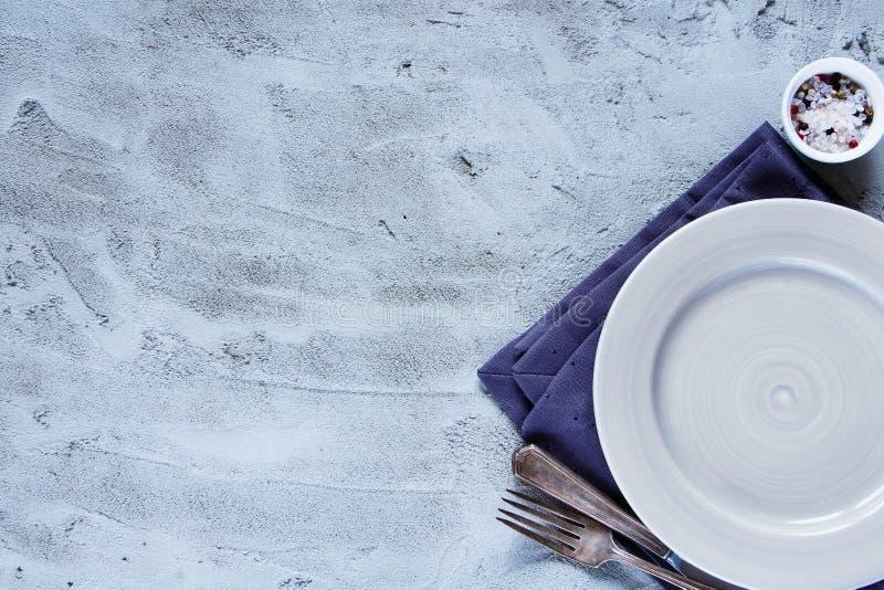 Пустые плита, нож и вилка стоковое изображение