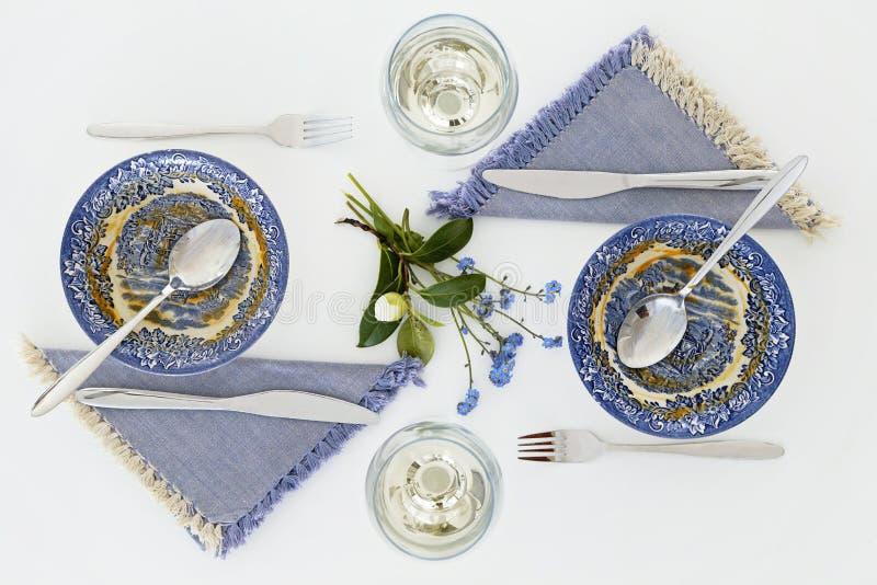 Пустые плиты после супа Романтичный обедающий для 2 с белым вином стоковое изображение rf