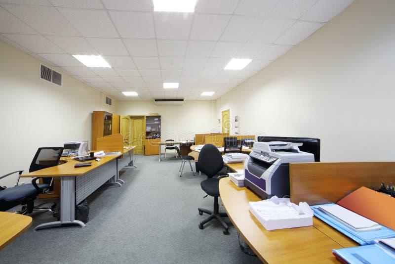 Пустые рабочие зоны с креслами и таблицами стоковое изображение rf