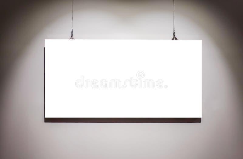 Пустые рамки одно на стене на пути пробела экспоната музея художественной галереи белом изолированном закрепляя стоковое изображение rf