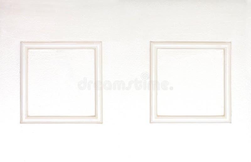 Пустые рамки фото на деревянной белизне clolred стена стоковые фотографии rf