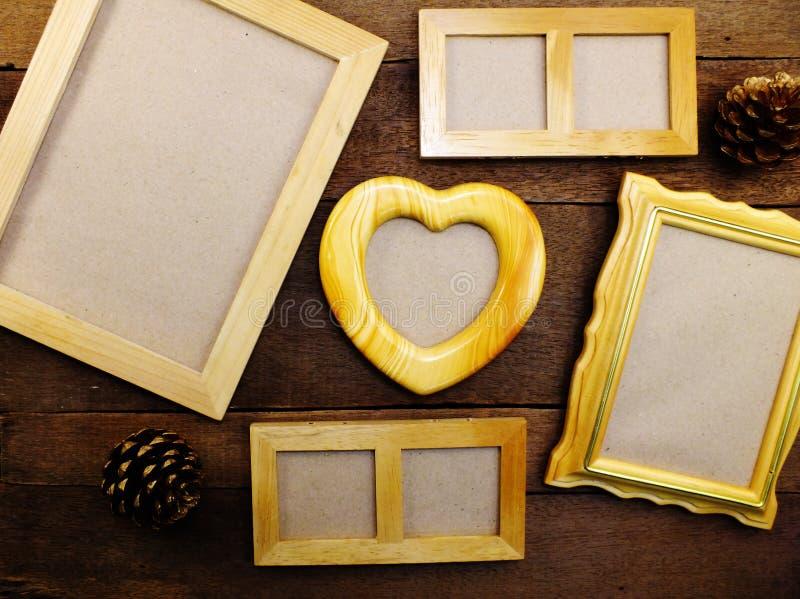 Пустые рамки фото на предпосылке таблицы деревянной стоковые фотографии rf