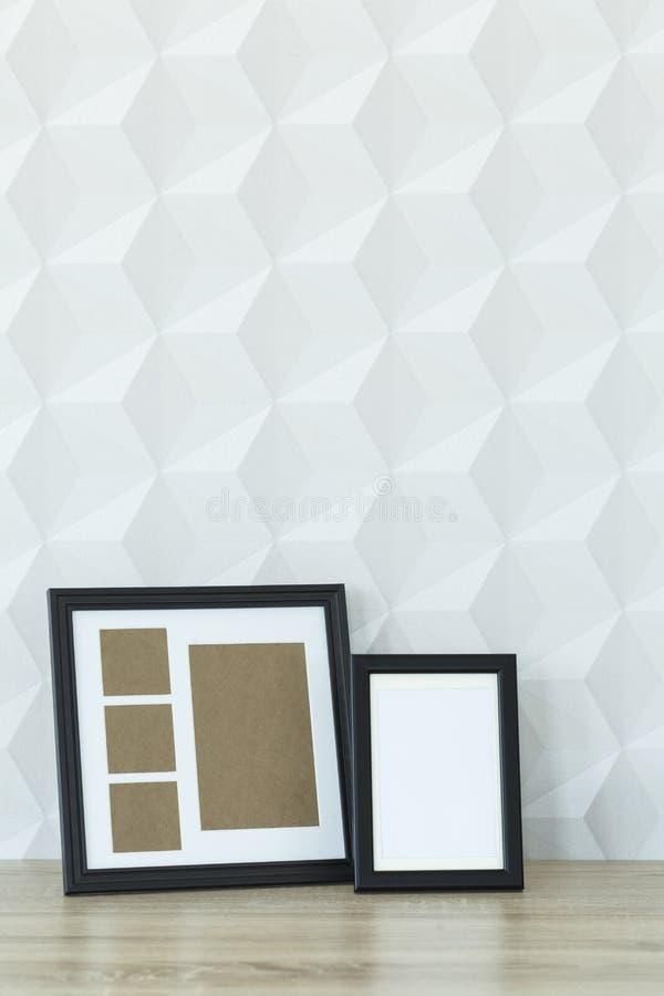 Пустые рамки фото на таблице стоковые фотографии rf