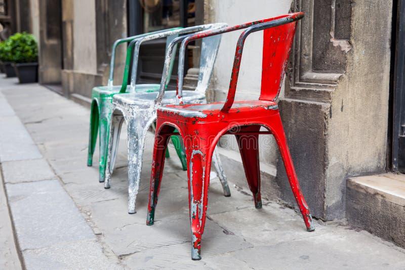 Пустые рахитичные красочные стулья на исторических улицах Флоренс стоковое изображение rf
