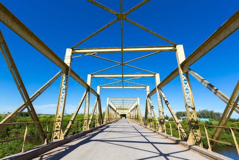 Пустые ретро большие майны зеленого цвета 2 metal мост в Уругвае стоковая фотография