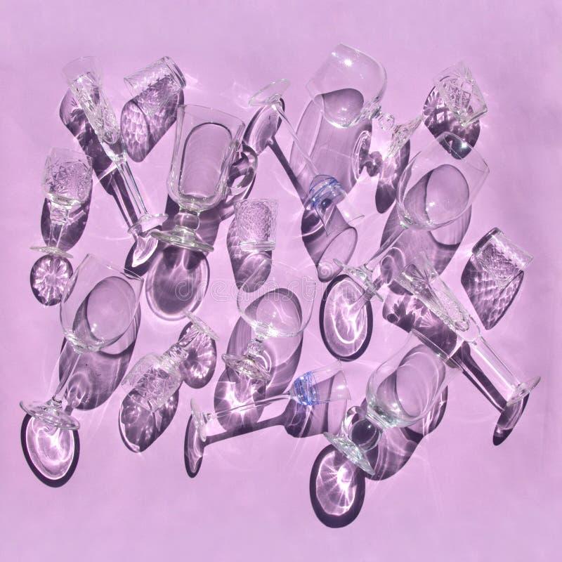 Пустые стекла различных форм для вина, вискиа, обдумыванного вина, водки, лож ликера на розовой предпосылке в солнечном свете с т стоковые фото