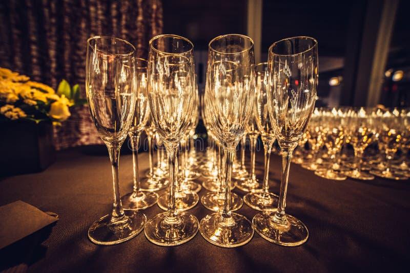 Пустые стекла шампанского в строке на выравнивать партию события ждать гостей стоковые фото