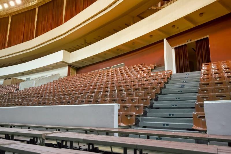 Пустые стулья и стенды в аудитории Концепция: недостаток интереса, отказа, бойкота стоковые изображения rf