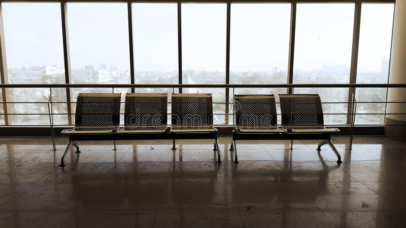 Пустые стулья места ожидания в здании Modren архитектурноакустическом стоковое изображение rf