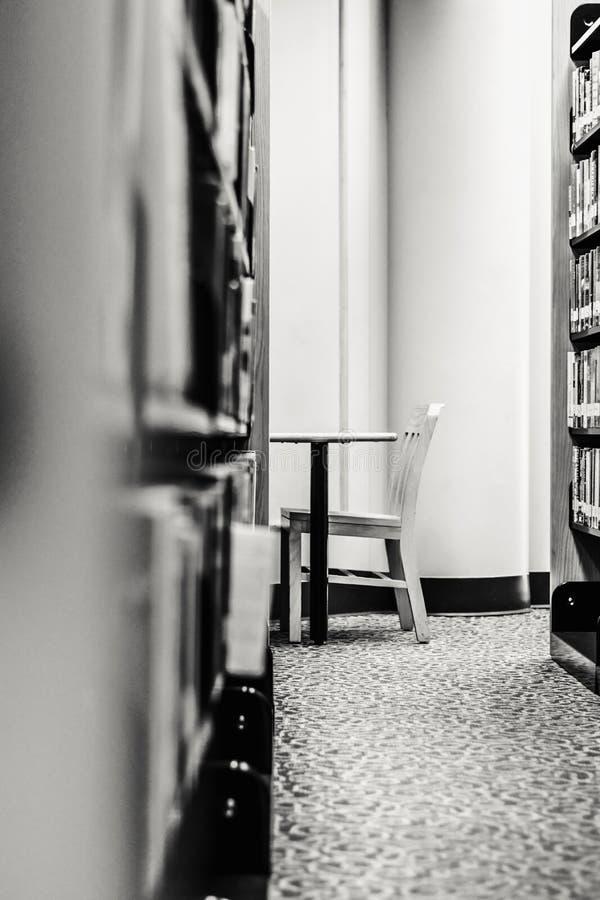 Пустые стул и стол в тихом Nook библиотеки стоковая фотография