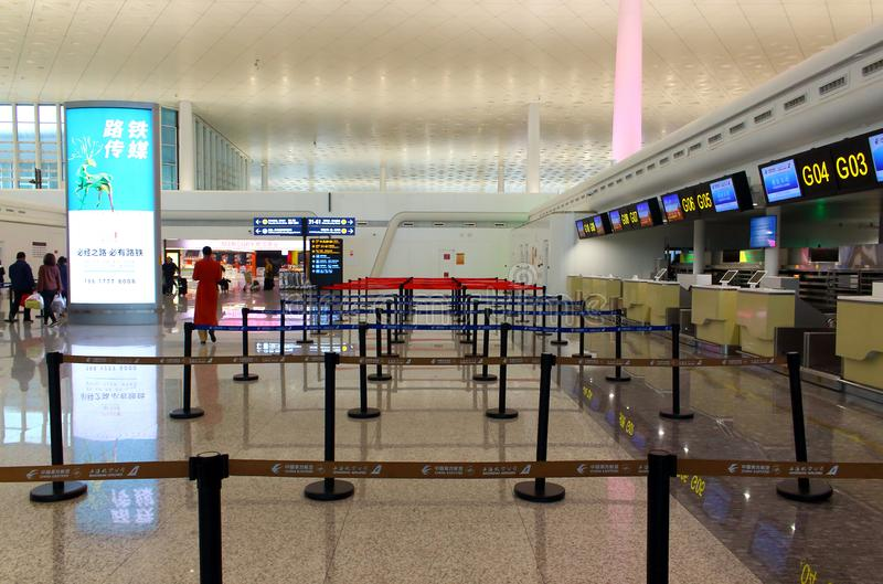 Пустые счетчики регистрации в аэропорте стоковое изображение rf