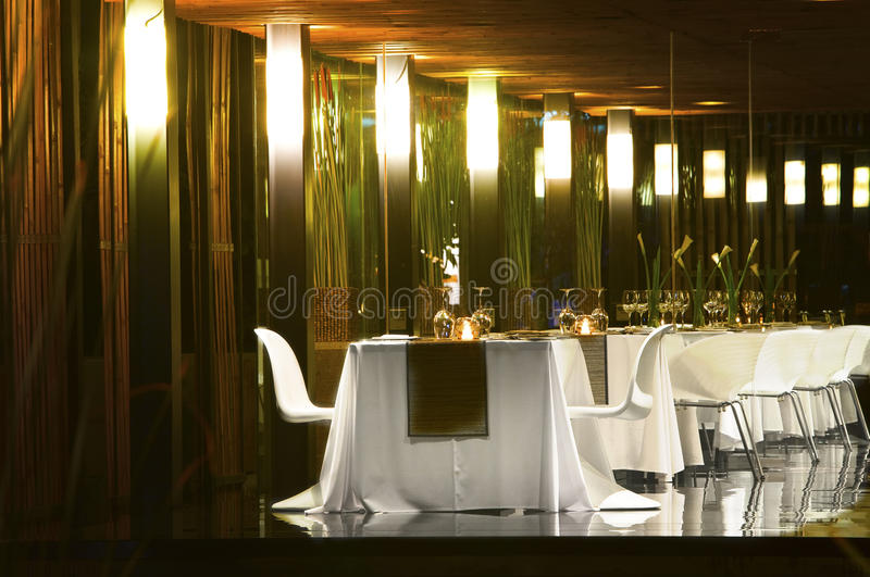 пустые таблицы ресторана ночи освещения стоковое изображение rf