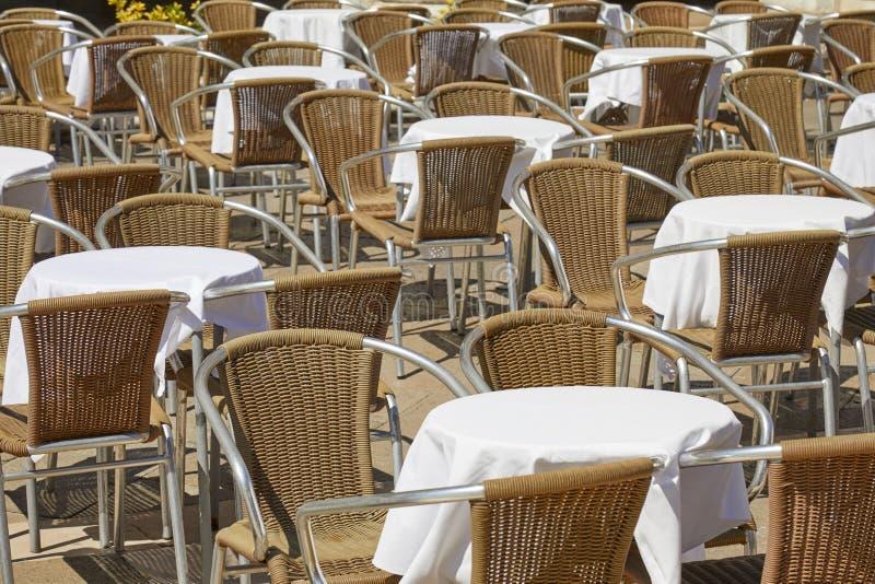 Пустые таблицы тротуара и стулья, никто в солнечном летнем дне стоковые изображения
