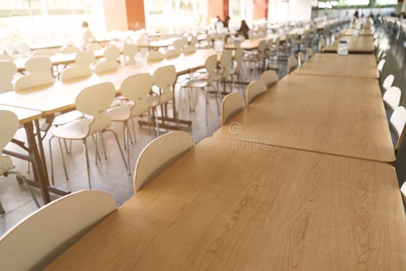 Пустые таблица и стул в буфете стоковые изображения rf