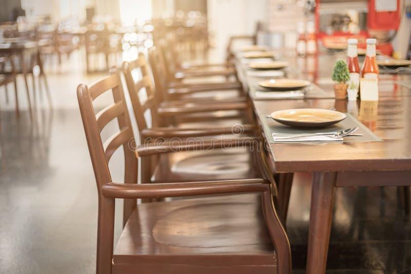 Пустые таблица и стул в ресторане стоковые изображения rf