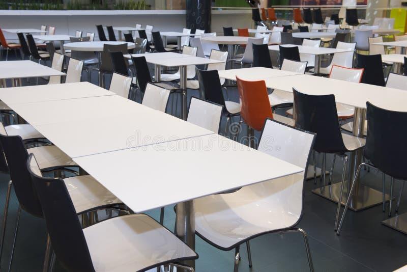 Пустые таблицы и стулья в areea фаст-фуда стоковая фотография