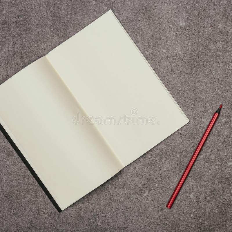 Пустые тетрадь и отметка на серой поверхности стоковые фотографии rf